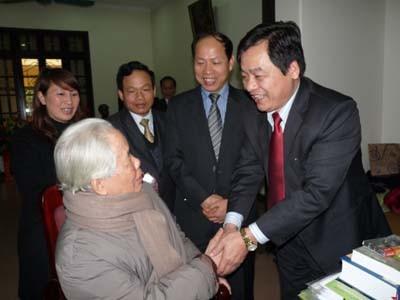 Lãnh đạo nhà trường chúc thọ, chúc tết Nguyên Tổng Bí Thư BCH TW Đảng CS VN Đỗ Mười