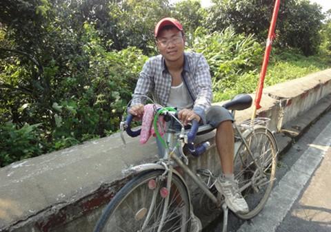 Chàng sinh viên lớp ĐH Tiếng Anh 1 - Khóa 3 đạp xe xuyên Việt vì môi trường