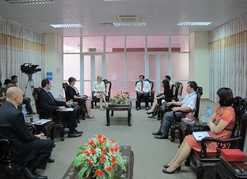 Phó Hiệu trưởng trường Đại học York St John (Vương Quốc Anh) đến thăm và làm việc với trường