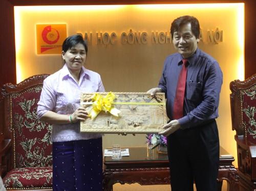 Phó Vụ trưởng Vụ tổ chức cán bộ - Bộ Công thương nước CHDCND Lào đến thăm trường