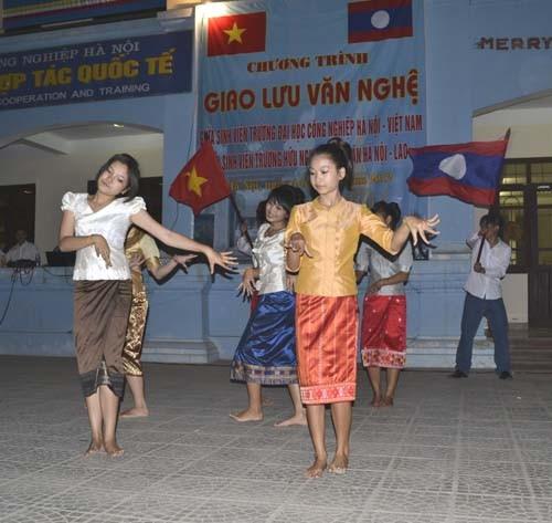 Đoàn cán bộ, giáo viên, học sinh, sinh viên trường Hữu nghị Viêng Chăn Hà Nội - Lào, đến thăm trường