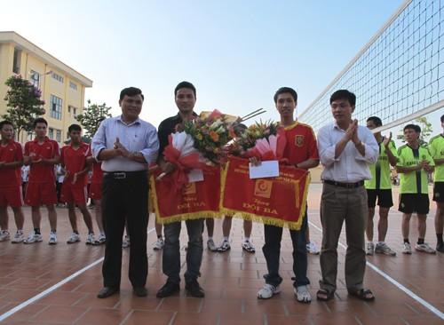 Chung kết và trao giải Giải bóng chuyền nam cán bộ - viên chức, học sinh - sinh viên năm 2012