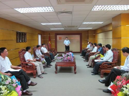 Trao Quyết định bổ nhiệm, bổ nhiệm lại cán bộ quản lý một số đơn vị trong trường