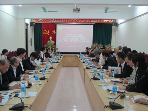 Đoàn cán bộ tổ chức xúc tiến Thương mại Nhật Bản (JETRO) đến thăm và làm việc với trường