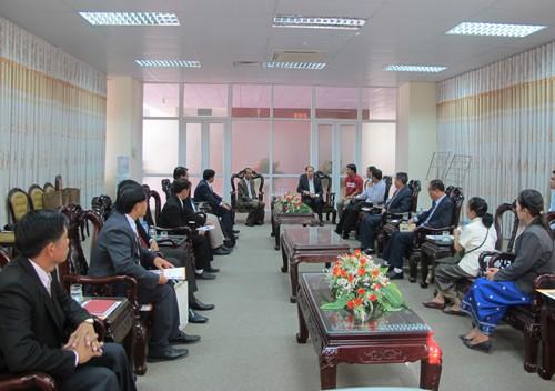 Đoàn cán bộ trường Luang Prabang đến thăm và làm việc với trường