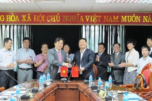 Đoàn cán bộ, giảng viên trường Đại học Hồ Nam sang thăm và làm việc với trường