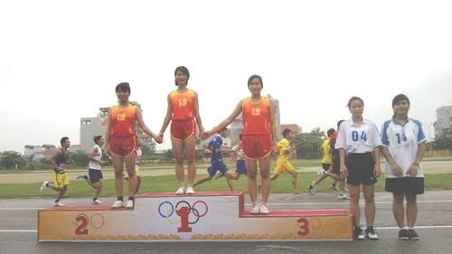 Đội tuyển điền kinh SV trường ĐH Công nghiệp Hà Nội đạt Nhất toàn đoàn giải chạy báo Hà Nội Mới huyện Từ Liêm năm 2013