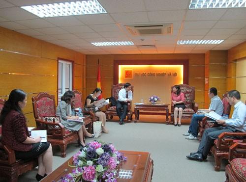Đoàn cán bộ Học viện Hạc Châu – Trung Quốc đến thăm trường