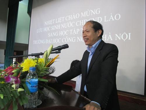 Gặp mặt đoàn cán bộ, giáo viên và lưu học sinh Lào