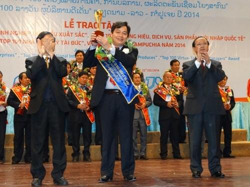 TS. Trần Đức Quý nhận Cúp vàng Top 100 Nhà quản lý tài đức Lào - Việt Nam - Campuchia năm 2013
