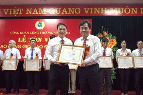 TS. Trần Đức Quý - Hiệu trưởng Nhà trường nhận Bằng khen Lao động sáng tạo ngành Công thương năm 2013