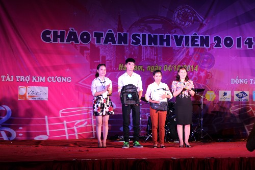 Tưng bừng đêm nhạc hội Chào tân sinh viên tại cơ sở Hà Nam