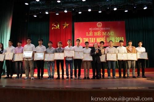 Sinh viên khoa Công nghệ Ôtô trường ĐHCN Hà Nội đạt giải nhất cuộc thi nghề Công nghệ ô tô cấp Bộ Công Thương.