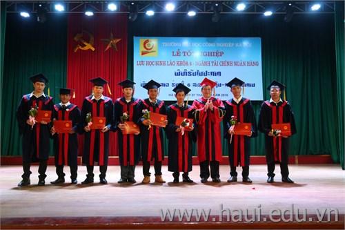 Bế giảng và trao bằng tốt nghiệp cho lưu học sinh CHDCND Lào