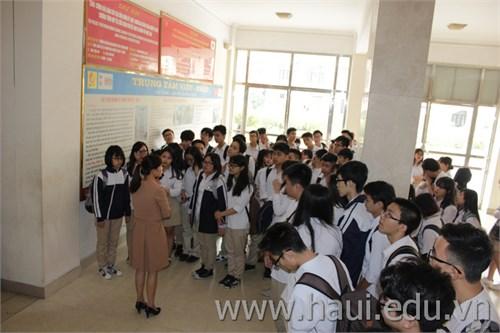 Học sinh trường THPT Phan Huy Chú - Đống Đa ( Hà Nội) thăm thực tế tại trường