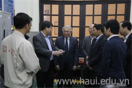 Giáo sư Hoàng Văn Phong - Phái viên của Thủ tướng Chính phủ về Khoa học Công nghệ làm việc với Nhà trường