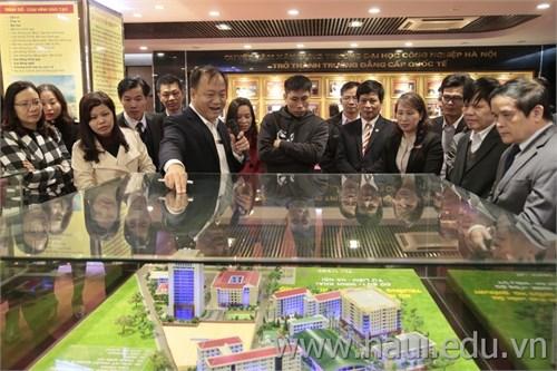 Đoàn cán bộ chủ chốt Trường Cao đẳng Kinh tế Công nghiệp Hà Nội thăm và làm việc tại trường