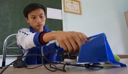 Chủ nhân sáng chế Nguyễn Ngọc Đức bên công trình sáng tạo đầu tay của bản thân.