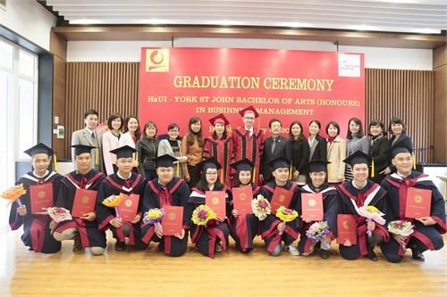 Lễ bế giảng và trao bằng tốt nghiệp cho sinh viên Đại học York St John