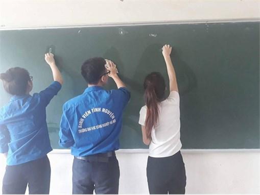 """Sinh viên tình nguyện khoa Công nghệ hóa thực hiện công trình thanh niên """"Làm sạch giảng đường"""""""
