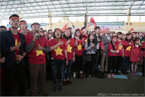 Gần 2000 sinh viên, cán bộ giảng viên Trường Đại học Công nghiệp Hà Nội hào hứng cổ vũ U23 Việt Nam