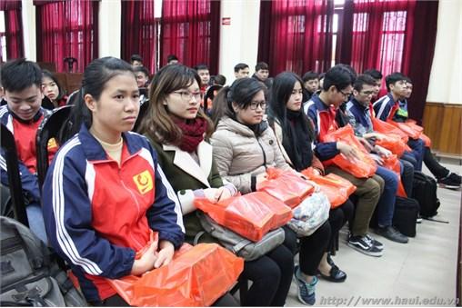 Trao gần 400 xuất quà cho sinh viên về quê đón Tết 2018