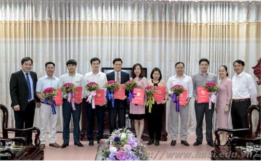 Trao quyết định bổ nhiệm, bổ nhiệm lại cho 8 viên chức quản lý