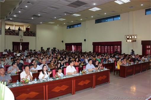 """Trao tặng sản phẩm The Smart Light, đèn học thông minh công nghệ 4.0 """"Made by Vietnam"""""""