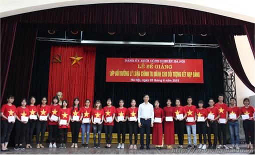Trao giấy chứng nhận cho 121 học viên hoàn thành khóa học bồi dưỡng Lý luận chính trị dành cho đối tượng kết nạp Đảng