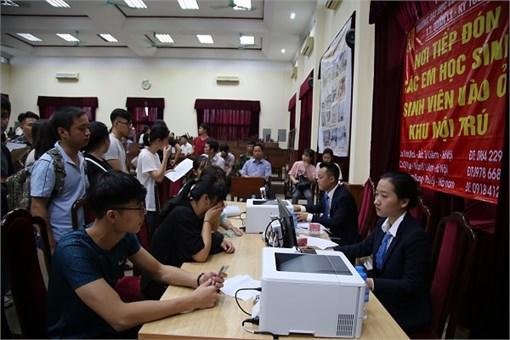 Tân sinh viên háo hức đến làm thủ tục xác nhận nhập học tại Đại học Công nghiệp Hà Nội