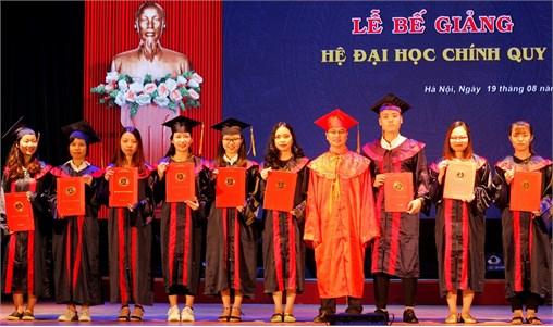 407 sinh viên và phụ huynh tham gia lễ bế giảng Đại học - Khóa 9