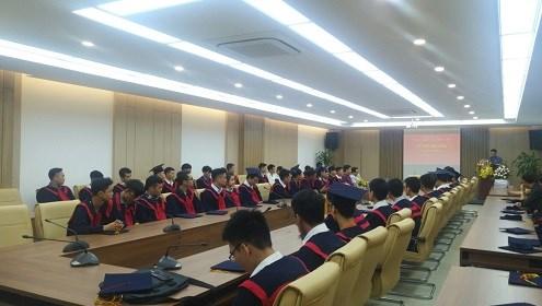 Gần 100 sinh viên Cao đẳng chính quy khóa 17 hân hoan trong ngày Lễ bế giảng