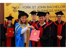 Trao bằng tốt nghiệp cho sinh viên đại học khóa 3 - chương trình cử nhân Quản lý Kinh doanh hợp tác đào tạo giữa ĐH Công nghiệp Hà Nội và ĐH York St John (Vương quốc Anh)