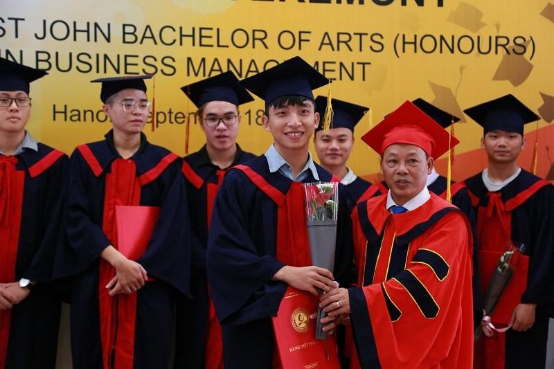 Trao bằng tốt nghiệp cho sinh viên đại học khóa 3 - chương trình cử nhân Quản lý Kinh doanh giữa ĐH Công nghiệp Hà Nội và ĐH York St John (Vương quốc Anh)