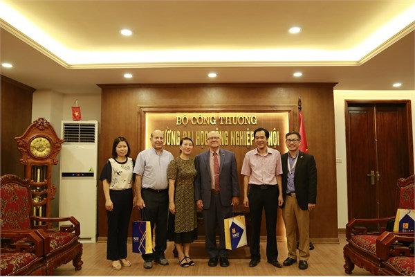 Director of Regional English Language Office (RELO) – US Embassy visits Hanoi University of Industry (HaUI)