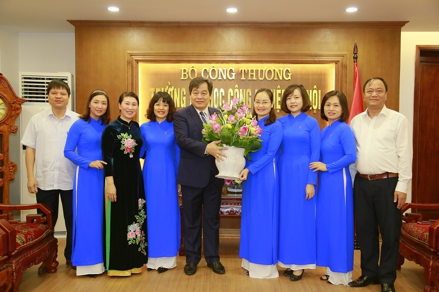 Hiệu trưởng chúc mừng Ban nữ công nhân ngày Phụ nữ Việt Nam 20/10