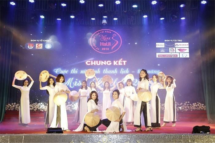 """Sức nóng đêm chung kết """"Miss HaUI 2018"""" xua tan lạnh giá mùa đông"""