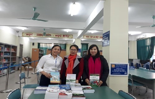 TS.Nguyễn Thị Lệ, Trưởng khoa Công nghệ May & TKTT - Trường ĐHCN Hà Nội trao tặng sách cho Trung tâm Thông tin Thư viện