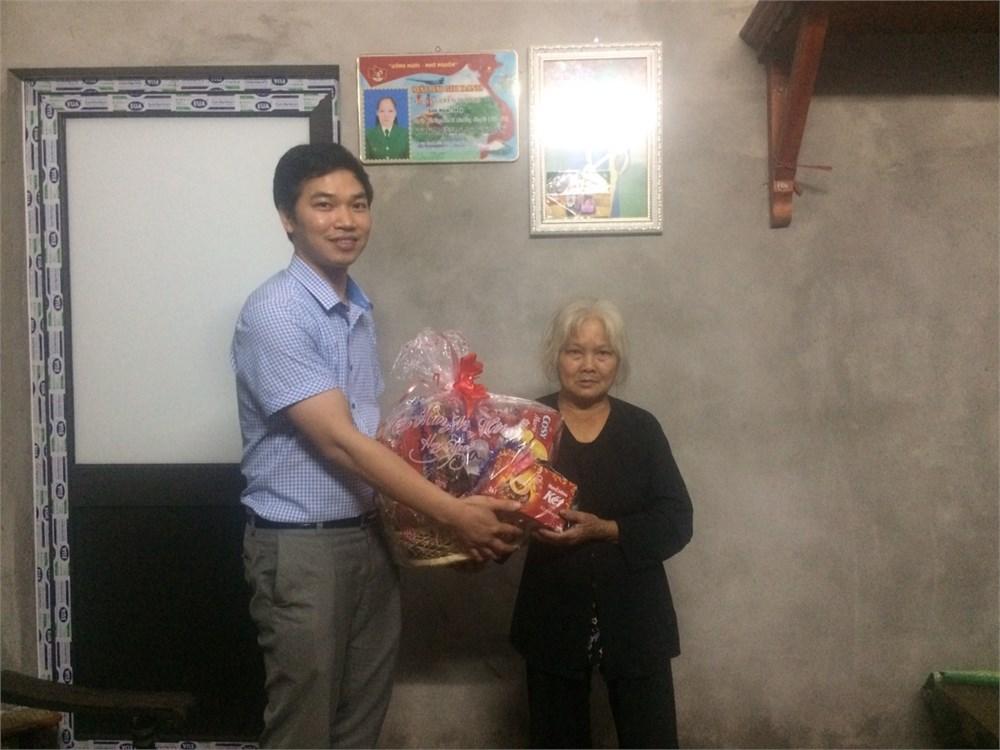 Thăm, tặng quà cựu thanh niên xung phong nhân dịp Tết Nguyên đán Kỷ Hợi 2019