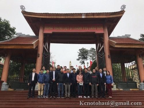 Đoàn cán bộ khoa công nghệ Ôtô dâng hương tưởng nhớ các Anh hùng liệt sỹ tại nghĩa trang Lạng Sơn