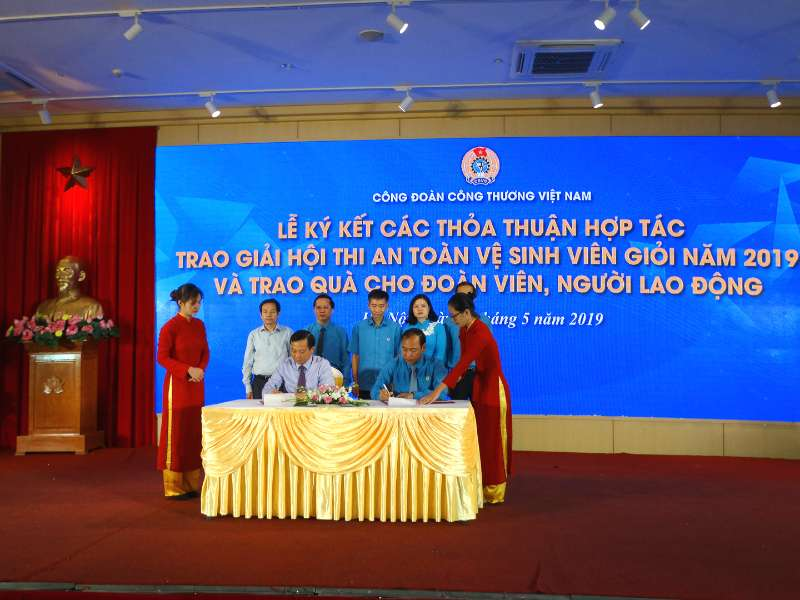 Lễ ký kết các Thỏa thuận hợp tác, trao giải Hội thi An toàn vệ sinh viên giỏi năm 2019 và trao quà cho đoàn viên, người lao động