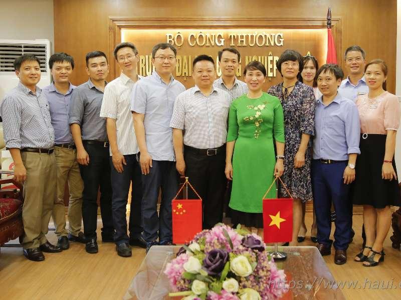 Đoàn cán bộ Đại học Hồ Nam, Trung Quốc thăm và làm việc tại trường