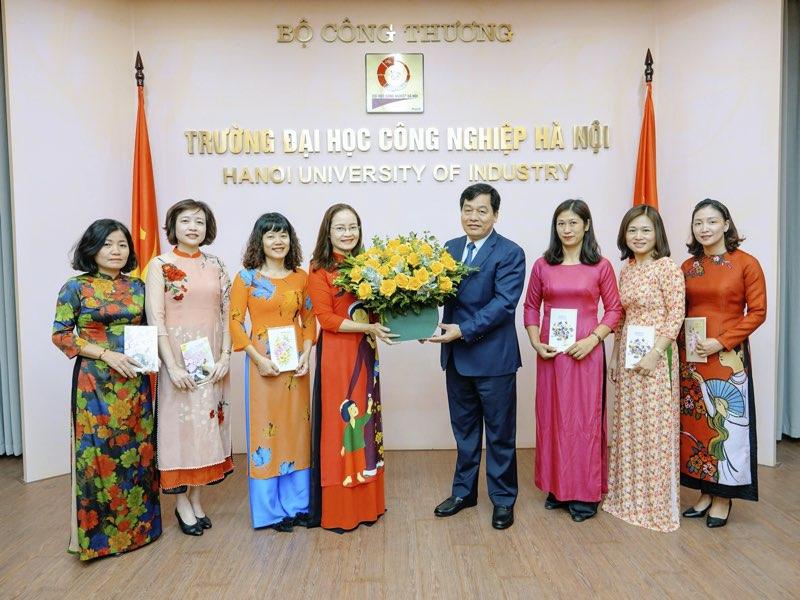 Hiệu trưởng gặp mặt Ban nữ công nhân ngày thành lập Hội Liên hiệp Phụ nữ Việt Nam 20/10