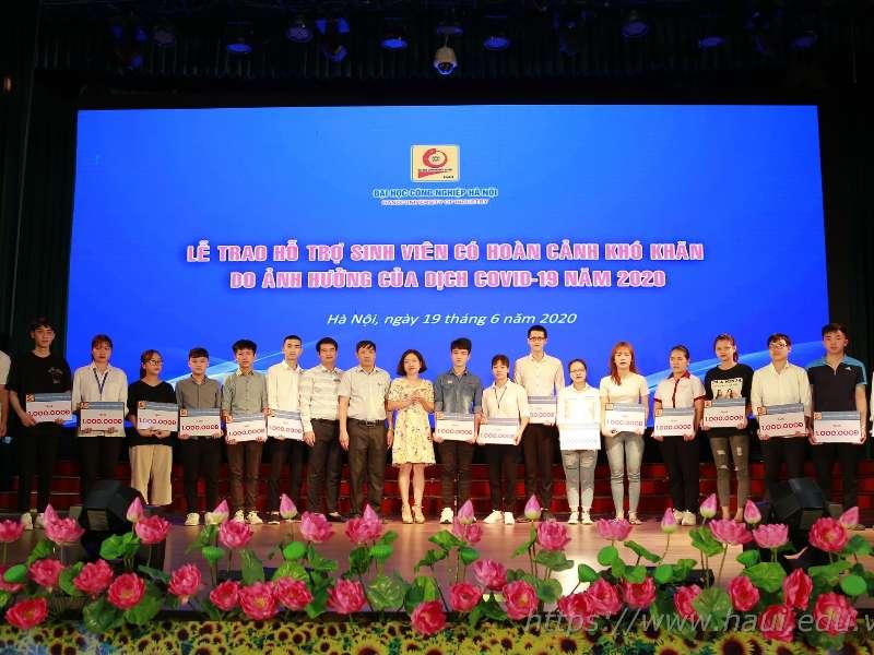 Đại học Công nghiệp Hà Nội trao hơn 500 triệu đồng hỗ trợ cho sinh viên có hoàn cảnh khó khăn do ảnh hưởng của dịch Covid 19
