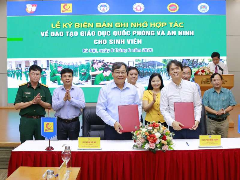 Hanoi University of Industry cooperates on defense and security education training for students with National Economics University