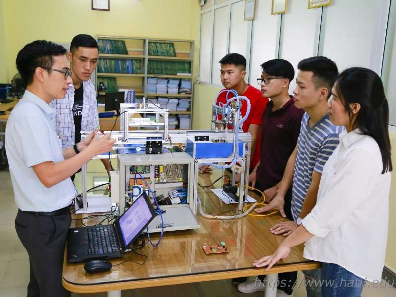 Sinh viên khoa Cơ khí với nghiên cứu và chế tạo hệ thống kiểm tra linh kiện điện tử