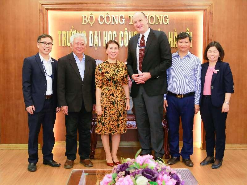 Giám đốc Văn phòng Tiếng Anh Khu vực - Đại sứ quán Hoa Kỳ tại Việt Nam thăm trường