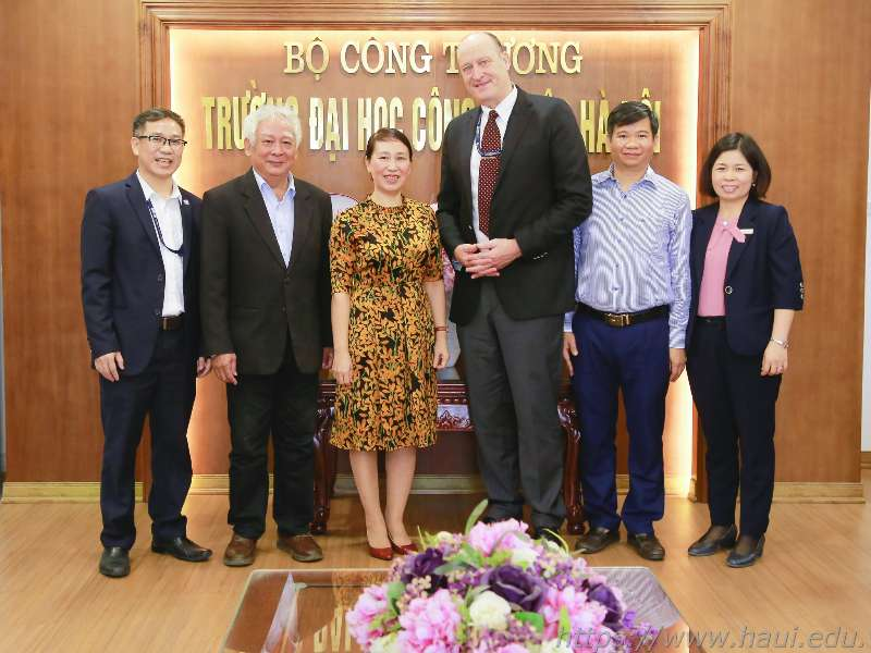 Director of the Regional English Language Office - The U.S. Embassy in Vietnam paid a working visit to HaUI