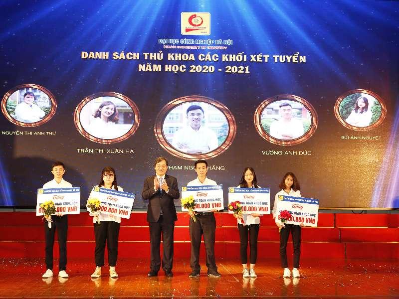 Đại học Công nghiệp Hà Nội dành hơn 800 triệu đồng cấp học bổng cho 26 tân sinh viên là thủ khoa, á khoa và có điểm xét tuyển cao thuộc diện tuyển thẳng