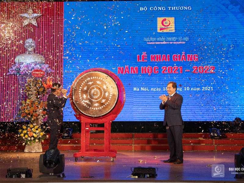 Bộ trưởng Bộ Công Thương Nguyễn Hồng Diên gióng hồi trống khai giảng năm học 2021 - 2022 tại Trường Đại học Công nghiệp Hà Nội